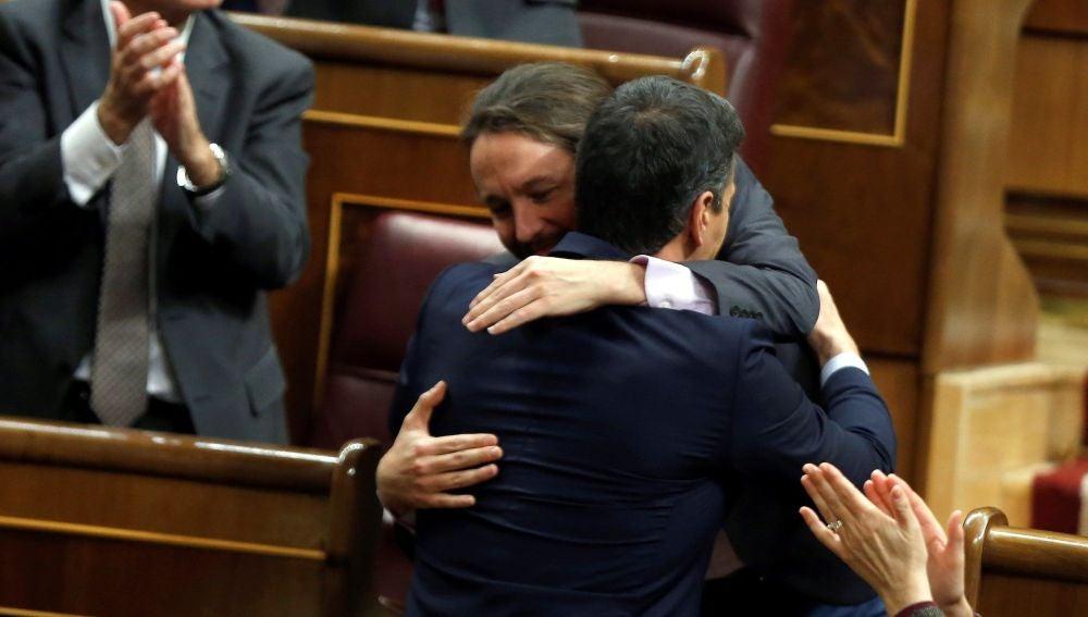Caluroso abrazo entre Pablo Iglesias y Pedro Sánchez