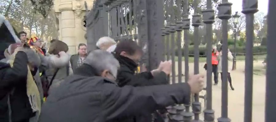 Manifestantes independentistas fuerzan la puerta del parque de la Ciutadella para acceder al Parlament