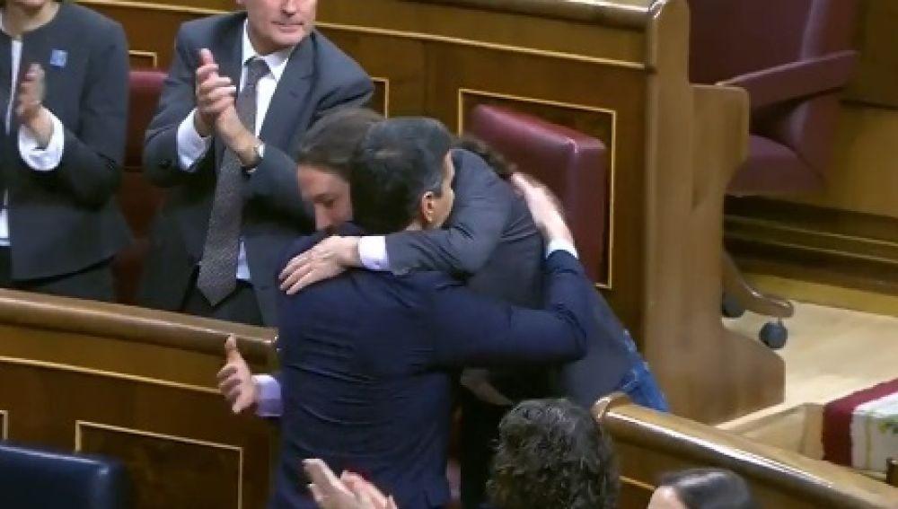 Abrazo entre Pablo Iglesias y Pedro Sánchez