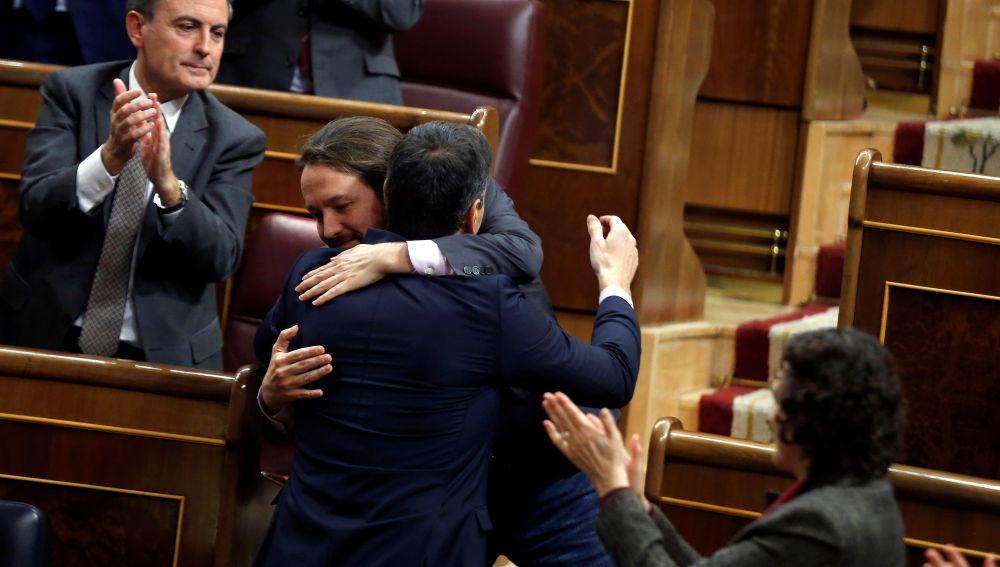 Pedro Sánchez y Pablo Iglesias, de los reproches al abrazo