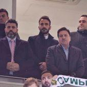 Christian Bragarnik y José Sepulcre, en primera línea del palco VIP; detrás tres amigos del representante argentino.