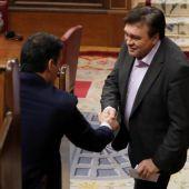 El diputado de Teruel Existe, Tomás Guitarte, con el presidente del Gobierno, Pedro Sánchez