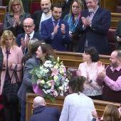 Pablo Iglesias entrega un ramo de flores a la diputada Aina Vidal