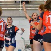 Cristina Llorens celebra un punto en un partido con el Club Voleibol Granadas de Elche.