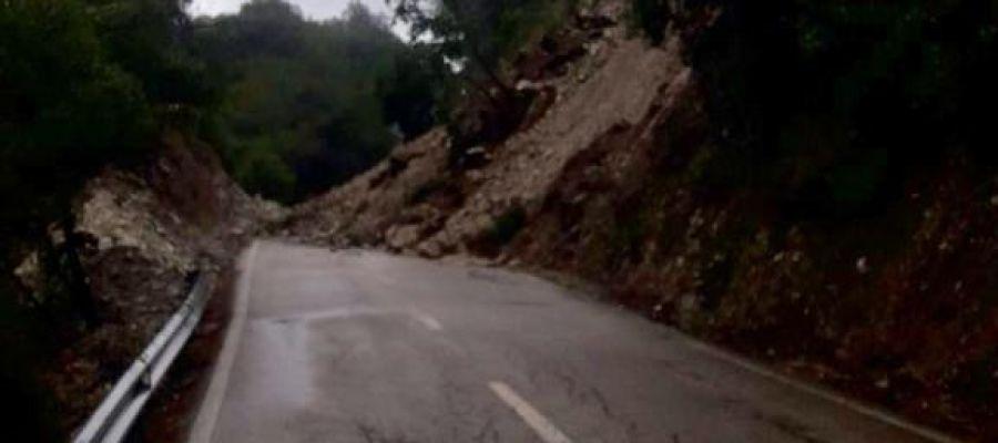 La carretera de la Serra de Tramuntana (MA-10) ha tenido que cortarse, debido al desprendimiento de varias rocas.
