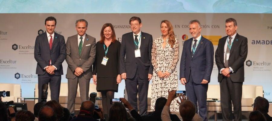 Abel Matutes, de Palladium Group, junto a otros directivos y representantes políticos en Exceltur.