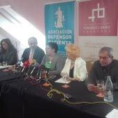 La Asociación El Defensor del Paciente y la familia de la niña, durante la rueda de prensa en Ciudad Real