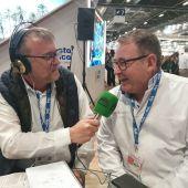 El periodista Juan Carlos Fresneda entrevista al pastelero Raúl Asencio.
