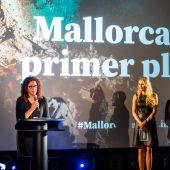 La Presidenta del Consell, Catalina Cladera, junto a Carolina Cerezuela y Jaime Anglada, en los Cines Callao de Madrid.