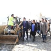 """El Presidente del Gobierno, Pedro Sánchez, con la Presidenta balear, Francina Armengol, en su visita a Cala Rajada para comprobar los efectos de la borrasca """"Gloria""""."""