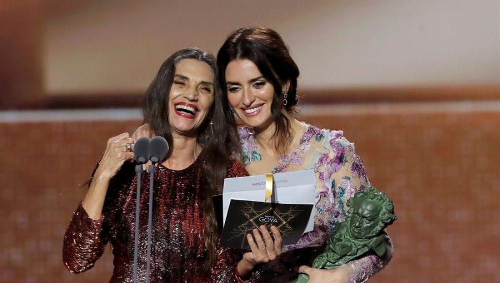 Ángela Molina y Penélope Cruz leen el premio a mejor director para Pedro Almodóvar