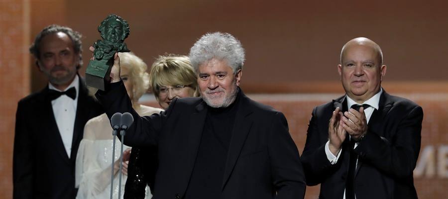 Pedro Almodóvar triunfa en los Goya con su película más personal