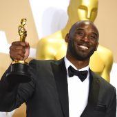 Kobe Bryant sostiene en 2018 su Oscar al Mejor Cortometraje de Animación