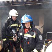 Bomberos del Consell de Mallorca interviniendo en el incendio que se declaró en una vivienda de Vilafranca de Bonany.