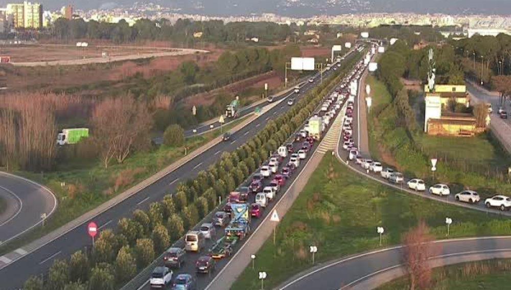 Imagen de atascos kilométricos en la autopista de Llucmajor a causa de una colisión mútiple.