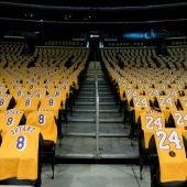 El Staples Center, con camisetas de Kobe Bryant para cada uno de los asistentes.