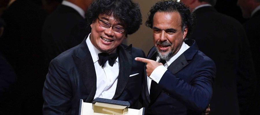 Alejandro González Iñárritu, presidente del jurado de Cannes 2019, señala a Bong Joon-Ho, ganador de la Palma de Oro