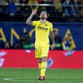 El delantero del Villarreal Paco Alcácer celebra tras marcar ante el Osasuna