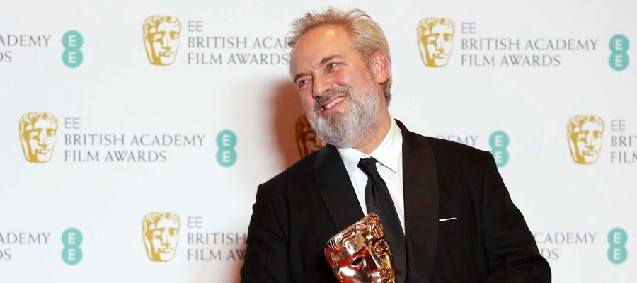 Sam Mendes, director de '1917', posa con el BAFTA a la Mejor Película de 2020