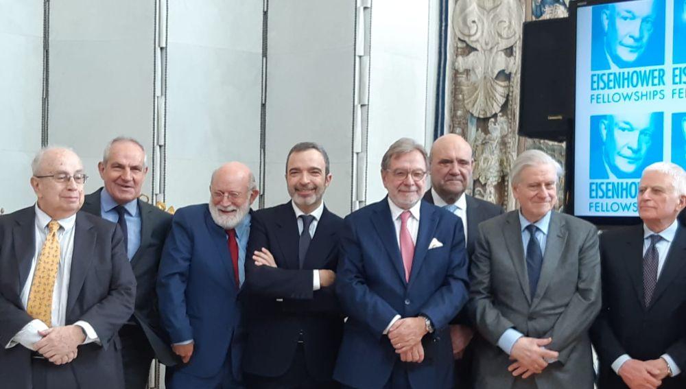 Salva Enguix en el centro junto a otros premiados.