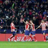 El Atlético celebra el tanto de Correa ante el Granada