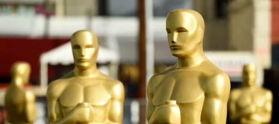 Varias estatuas de los Oscar esperan su colocación en la alfombra roja, a las puertas del Dolby Theatre