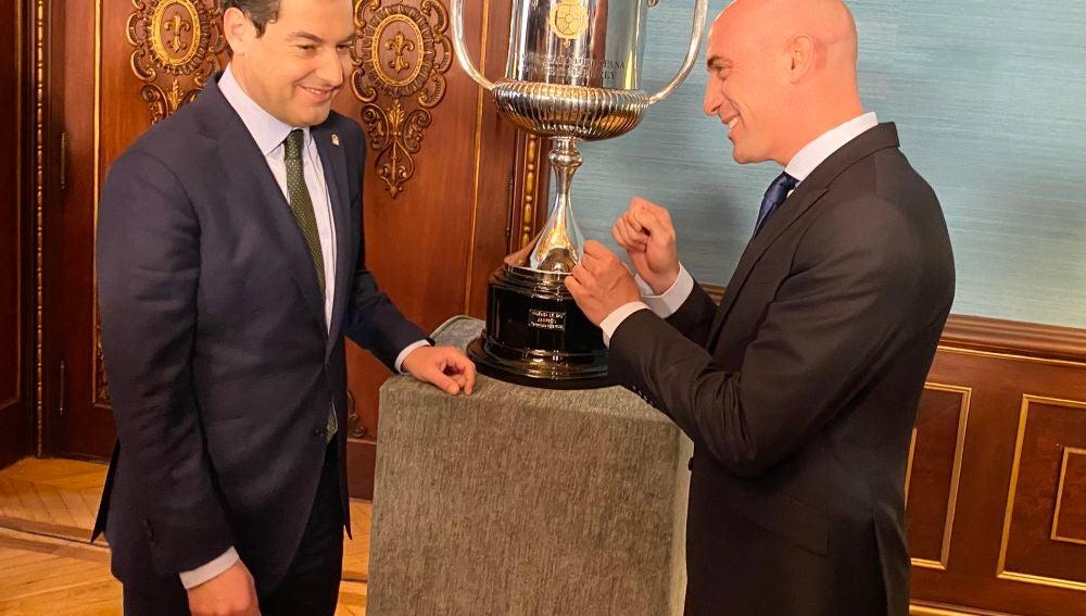 El presidente de la Junta, Juan Manuel Moreno, departe con Luis Rubiales, presidente de la Junta de Andalucía
