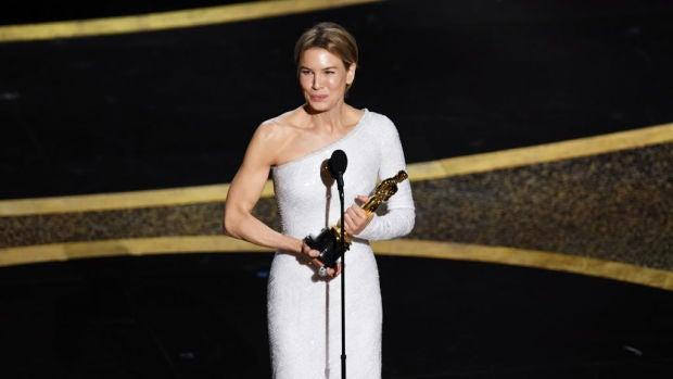 Renée Zellweger con su Oscar a la Mejor Actriz por 'Judy'