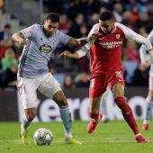 En-Nesyri intenta robar el balón a Murillo durante el Celta-Sevilla.