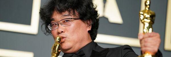 Bong Joon-ho besa uno de los Oscar que ganó por 'Parásitos' en la ceremonia de 2020