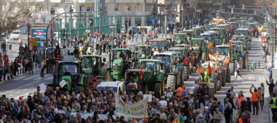 Agricultores y tractores han colapsado el centro de la ciudad de València durante la mañana.