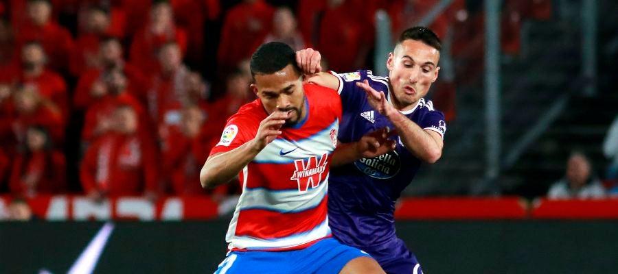 El centrocampista venezolano del Granada, Yangel Herrera, protege el balón ante el jugador del Valladolid, Federico San Emeterio