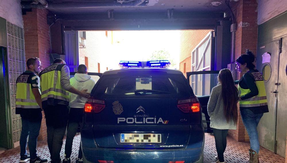 Agentes de la Policía Nacional de Elche con los detenidos.