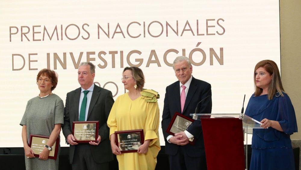 Ángela Nieto, de amarillo, tras recibir el premio 'Santiago Ramón y Cajal' 2019 de Biología.