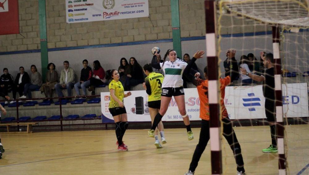 La jugadora del Club Balonmano Elche Isabel Fernández realiza un lanzamiento a portería en el encuentro de Copa ante el Puerto del Carmen de Lanzarote.