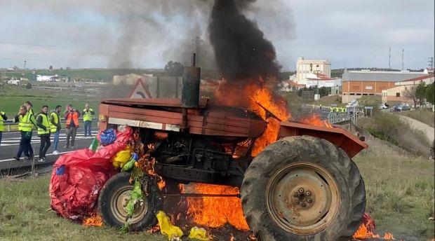 Los agricultores extremeños cortan carreteras en señal de protesta