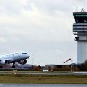 Un avión despega en el aeropuerto