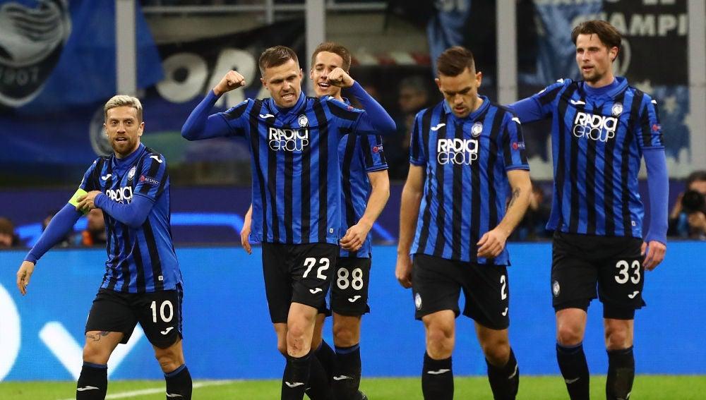 Los futbolistas del Atalanta celebran un gol.