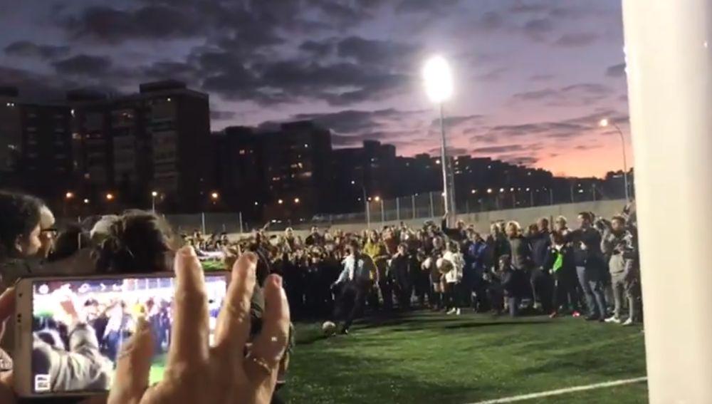 Almeida lanza un penalti en el nuevo campo de fútbol de Sanchinarro