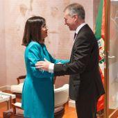 Iñigo Urkullu (d) recibe en Vitoria a la ministra de Política Territorial, Carolina Darias (i).