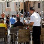 Un camarero recoge una mesa