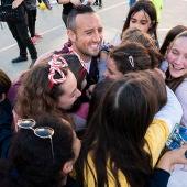 Cazorla rodeado de niños en el colegio.