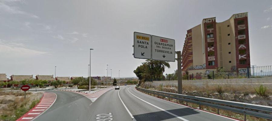 Acceso a Santa Pola desde la N-332 a la altura del viejo hotel Rocas Blancas.