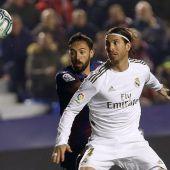Sergio Ramos (Real Madrid) con José Luis Morales (Levante)