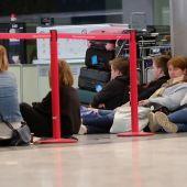 La calima convierte los aeropuertos canarios en hoteles improvisados, hasta 4.000 pasajeros afectados han dormido allí
