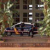 La Policía vigila la entrada del hotel de Tenerife donde mil turistas están en cuarentena por el coronavirus