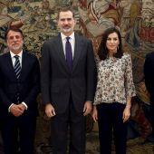 El Rey Felipe VI y la Reina Letizia, con el consejero delegado de Atresmedia, Silvio González, el presidente José Creuheras y la vocal Mónica Sibé