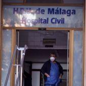 Un trabajador del Hospital Civil de Málaga porta una mascarilla protectora después de que dos pacientes hayan sido aislados.