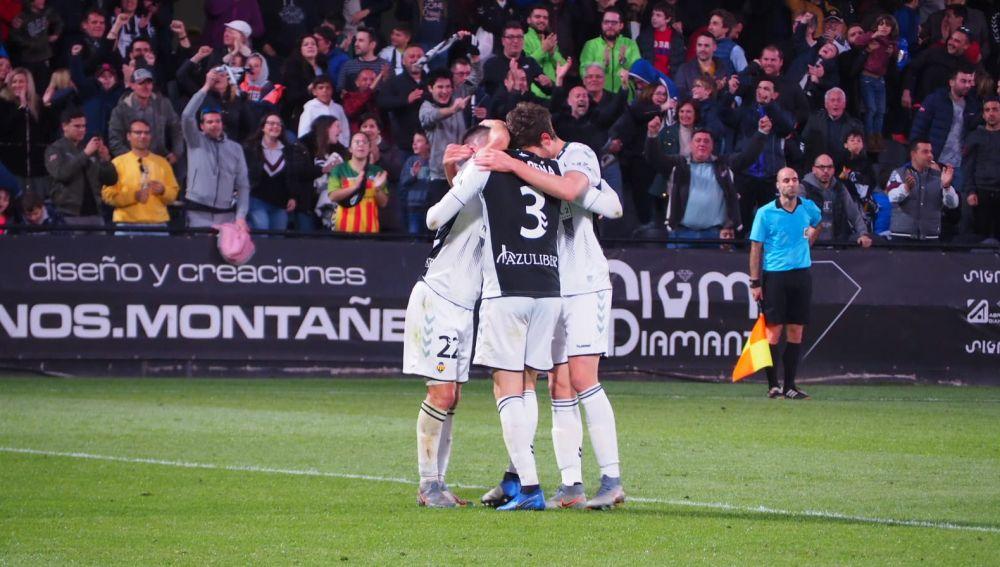 Jugadores del Castellón celebran una victoria en Castalia