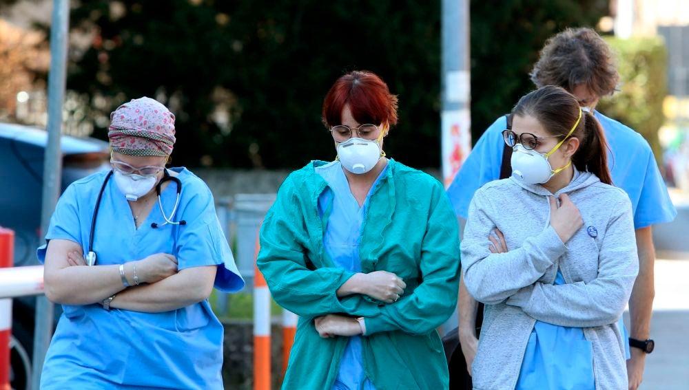 Sanitarios pasean con mascarilla ante el coronavirus en Italia